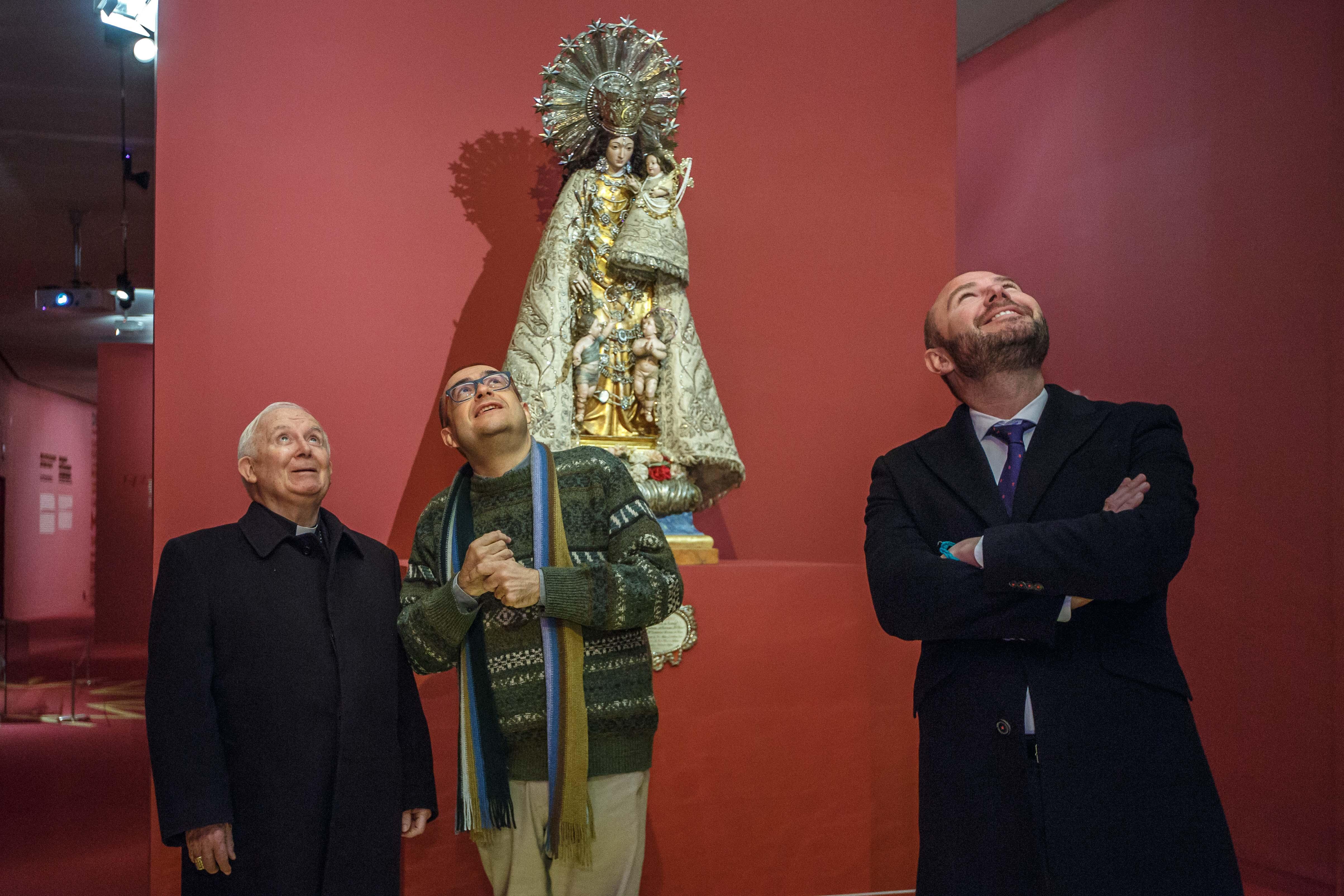 El cardenal arquebisbe de València visita l'exposició de la Diputació sobre la Mare dels Desemparats