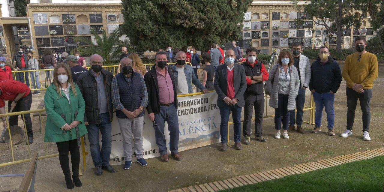 Comencen les excavacions a l'esplanada del cementeri de Paterna per a recuperar les restes de víctimes de la Guerra Civil dels dos bàndols