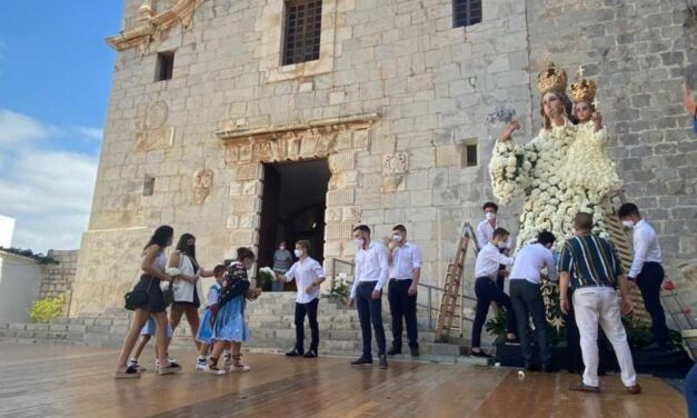 Peníscola celebra l'ofrena floral en honor a la Verge d'Ermitana
